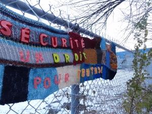 Les tricots-graffiti des femmes de La Marie Debout sont une formidable occasion d'occuper notre quartier tout en passant un message fort